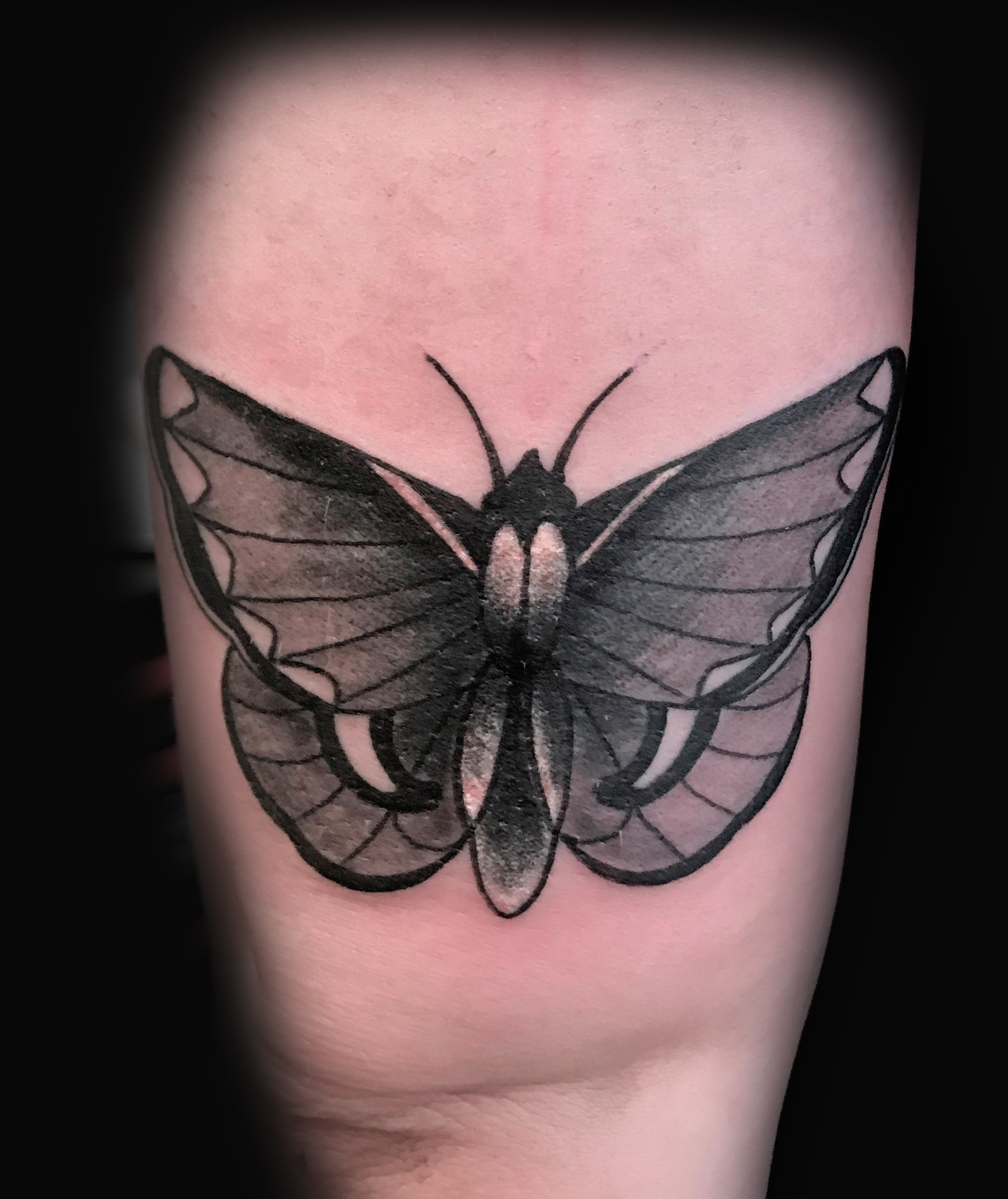 Ivan-Herrera-Tattoo-Berlin-Blackwork-Motte
